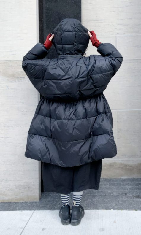 Rundholz Black Label onesize down puffer. With an elastic drawstring inside the coat and a roomy hood.