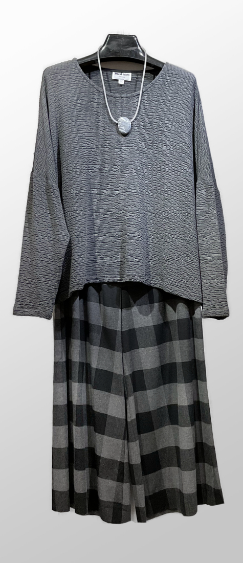 Motion onesize crinkle knit topper, over Mes Soeurs et Moi cotton flannel wide-leg pants.