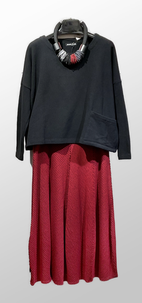 Mes Soeurs et Moi cozy knit one-pocket top in black, over an Elemente Clemente red knit bubble skirt.