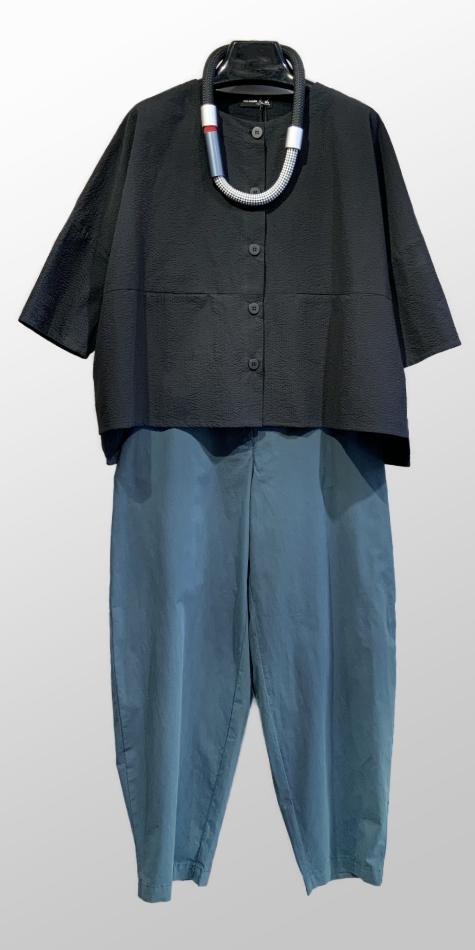 Mes Soeurs et Moi lightweight seersucker jacket, over Mes Soeurs et Moi tapered pants in a brushed cotton.