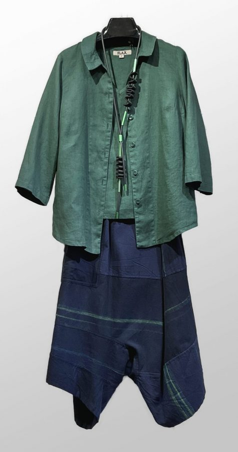 Flax 100% linen jacket and short-sleeve tee in forest green. Paired with Tamaki Niime 100% cotton drop-rise pants.