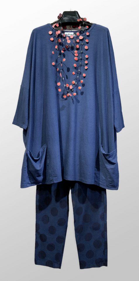 Motion cotton-linen blend onesize 2-pocket tunic, over Mama B corduroy stretch leggings.