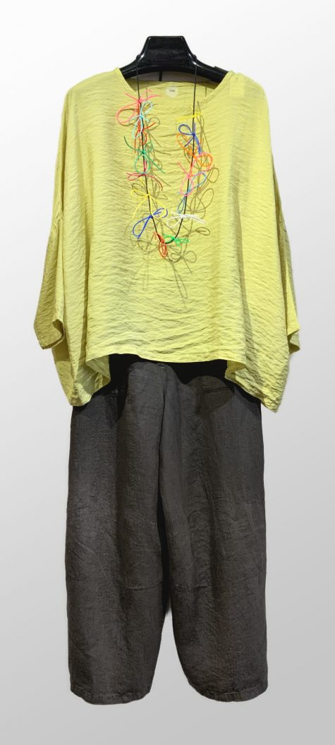 Motion parachute rayon onesize top, over Elemente Clemente 100% linen pants. Paired with a colorful Samuel Coraux necklace.