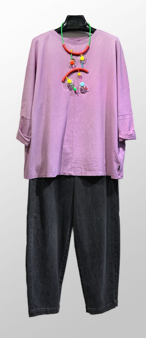 Ischiko by Oska cotton knit top, over Oska grey-wash denim pants. Paired with a Samuel Coraux colorful necklace.